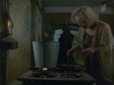 Евдокия Германова засветила грудь в фильме «Жизнь по лимиту» фото #3