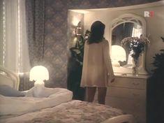 Елена Сафонова засветила грудь в фильме «Принцесса на бобах» фото #5