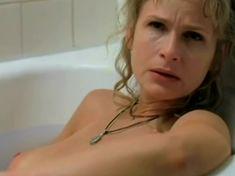 Кира Седжвик показала голую грудь в фильме «Пещерный житель» фото #1