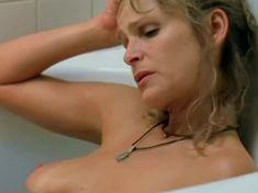 Кира Седжвик показала голую грудь в фильме «Пещерный житель» фото #4