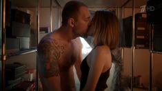Любовь Аксенова показала голую грудь в сериале «Бывшие» фото #1