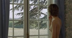 Настасья Кински показала голую грудь в фильме «Болезнь любви» фото #32
