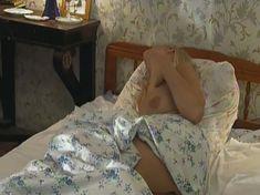 Голая грудь Ольги Карпович в сериале «Кромъ» фото #1