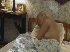 Голая грудь Ольги Карпович в сериале «Кромъ» фото #2