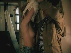 Татьяна Догилева показала голую грудь в фильме «Афганский излом» фото #3