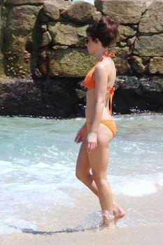 Мокрые трусики Кейт Бекинсейл на пляже фото #1