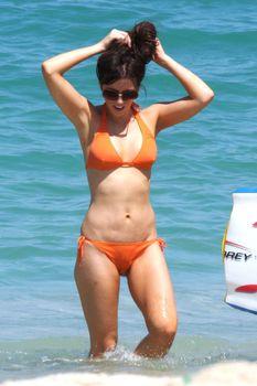 Мокрые трусики Кейт Бекинсейл на пляже фото #6