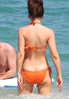 Мокрые трусики Кейт Бекинсейл на пляже фото #8