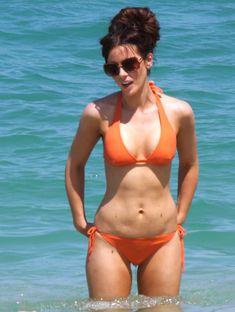 Мокрые трусики Кейт Бекинсейл на пляже фото #10