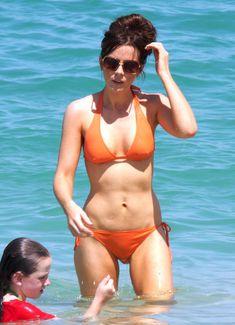 Мокрые трусики Кейт Бекинсейл на пляже фото #14