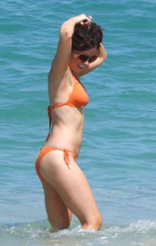 Мокрые трусики Кейт Бекинсейл на пляже фото #17