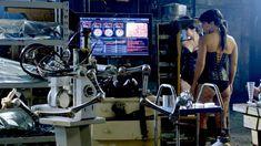 Джина Карано в корсете в сериале «Почти человек» фото #3