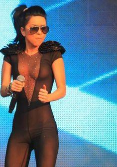 Певица Инна засветила соски на Summer Festival 2010 фото #7