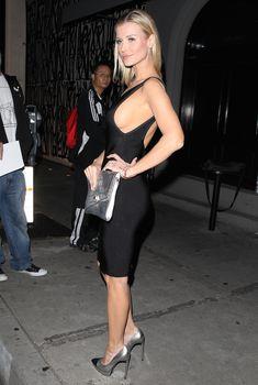 У Джоанны Крупы выглядывает грудь из под платья фото #2