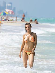 Джоанна Крупа случайно показала грудь на пляже фото #2