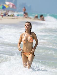 Джоанна Крупа случайно показала грудь на пляже фото #3