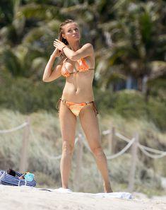 Джоанна Крупа случайно показала грудь на пляже фото #4