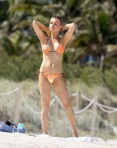 Джоанна Крупа случайно показала грудь на пляже фото #5