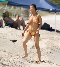 Джоанна Крупа случайно показала грудь на пляже фото #8