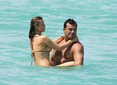 Джоанна Крупа случайно показала грудь на пляже фото #10