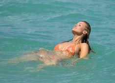 Джоанна Крупа случайно показала грудь на пляже фото #12