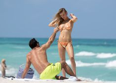 Джоанна Крупа случайно показала грудь на пляже фото #17
