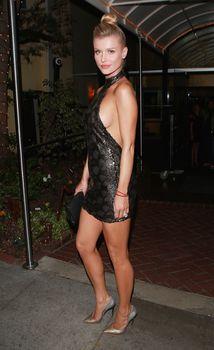 Джоанна Крупа в миниатюрном платье фото #11