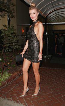 Джоанна Крупа в миниатюрном платье фото #14