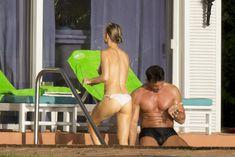 Джоанна Крупа купается топлесс в бассейне фото #1