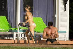 Джоанна Крупа купается топлесс в бассейне фото #2