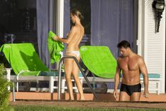 Джоанна Крупа купается топлесс в бассейне фото #3