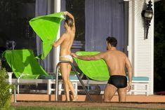 Джоанна Крупа купается топлесс в бассейне фото #4