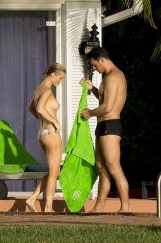 Джоанна Крупа купается топлесс в бассейне фото #5