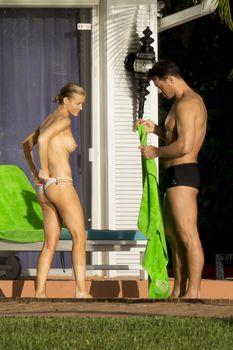 Джоанна Крупа купается топлесс в бассейне фото #6