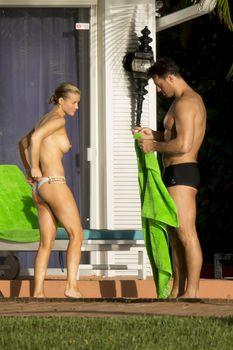 Джоанна Крупа купается топлесс в бассейне фото #7