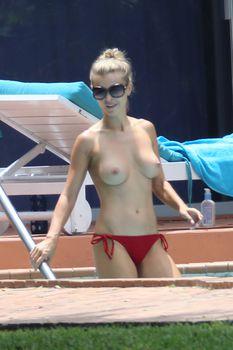 Джоанна Крупа купается без купальника фото #2