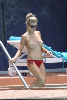 Джоанна Крупа купается без купальника фото #3