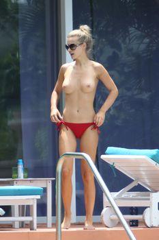 Джоанна Крупа купается без купальника фото #6