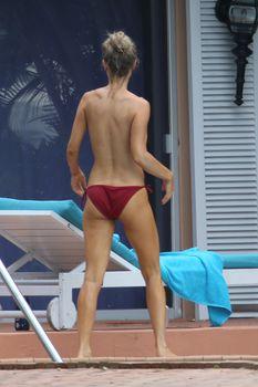 Джоанна Крупа купается без купальника фото #8