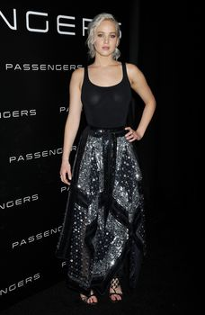 Дженнифер Лоуренс в прозрачной майке на презентации CinemaCon фото #3