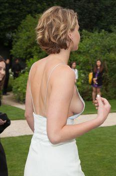 Свисающая грудь Дженнифер Лоуренс на неделе моды в Париже фото #1