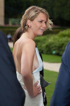 Свисающая грудь Дженнифер Лоуренс на неделе моды в Париже фото #2