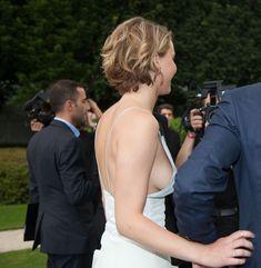 Свисающая грудь Дженнифер Лоуренс на неделе моды в Париже фото #3