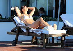 Секси Майлин Класс в белом купальнике у бассейна фото #4