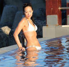 Секси Майлин Класс в белом купальнике у бассейна фото #18