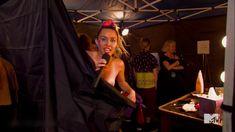 Майли Сайрус засветила грудь на премии MTV Video Music Awards фото #1