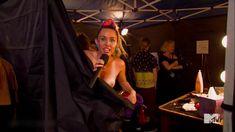 Майли Сайрус засветила грудь на премии MTV Video Music Awards фото #2