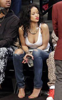 Рианна сидит без лифчика на баскетболе в Нью-Йорке фото #6