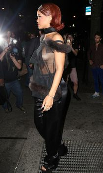 Певица Рианна засветила грудь на афтепати фото #2