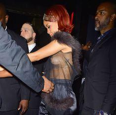 Певица Рианна засветила грудь на афтепати фото #11
